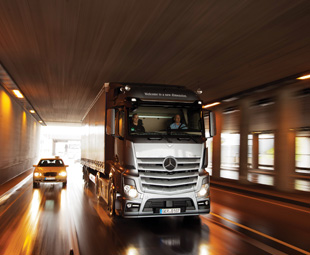 The new Actros is optionally available with a new high-performance engine brake. The three-stage engine brake generates vast brake power of up to 400 kW (544 hp) with Euro VI.
