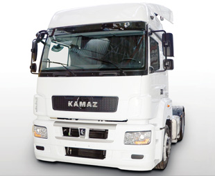 The Kamaz 5490 prototype, exhibited in Moscow last year, showed the way for the manufacturer's new product direction, using Mercedes-Benz cab, engine and drive axle.