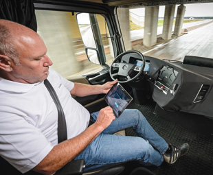The technological basis for the Future Truck2025 is the Mercedes-Benz Actros1845, with a 330 kW motor and the fully automated 12-speed MercedesPowerShift3 transmission.