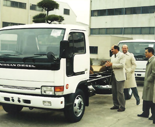 Nissan Diesel's ZZ Series was the precursor of the local Cabstar and UD 35/40 MCV lineup. Here, Vic Capitani and Tom Kellett inspect the goods at the Ageo factory.