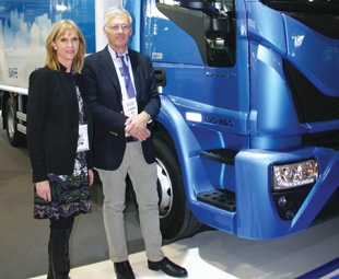 IToY chairman Gianenrico Griffini, FOCUS editor Charleen Clarke and the winning truck.