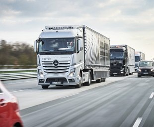 Mercedes-Benz Actros demonstrates the concept of platooning.