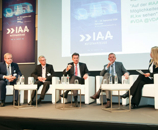 Various panel discussions took place at the International Press Workshop 2016. The captains of industry spoke with one tongue when they agreed that the truck of the future would be connected, green and able to operate sans driver. Pictured here (from left) are: Gero Schulze Isfort, MD of Krone; Ralf Eschemann, vice president of UPS Europe; Wolfgang Bernhard, board member at Daimler; Andreas Renschler, board member at Volkswagen; and event moderator Julia Josten.